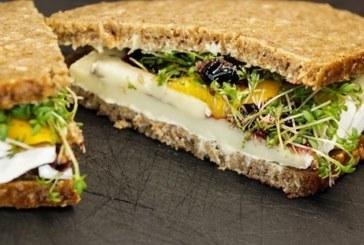 Сандвич с камембер и манго