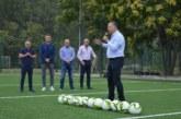 Шеф в БФС донесе на крака футболни топки в Сандански и инспектира новия изкуствен терен