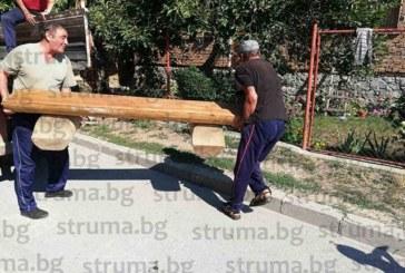 """Банско се бори срещу виртуалната изолация с дървени пейки за """"сборуване"""" пред къщите"""