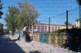 ЛЮБОПИТЕН КАЗУС С ОБЩИНСКИ ИМОТ! 3-метрова ограда и метална врата с катинар спират достъпа до двора на благоевградското 4-о ОУ, родители гневни: Това да не е затвор, къде да играят децата ни?!