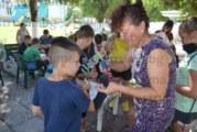 Радомирски деца правят кукли от чорапи, готвят се за магичен театър