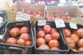 Цените на зеленчуците и плодовете на пазара и в магазините в Благоевград се изравниха, доматите отново удариха 2,50 лв.