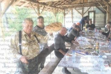 Авджиите от Логодажката дружинка – група Дренково, се справиха с един куп пъдпъдъци, пържоли и бутилки на старта на ловния сезон