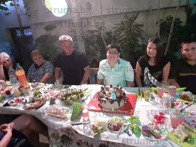 С парти на двора синът на учителя по физика и математика в Микрево Л. Илиев - Димитър, отпразнува 9-ия си рожден ден