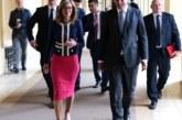Министър Захариева носи сака за 900 лева