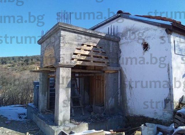 Гурбетчия построи камбанария на църква в Сатовча