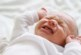 Бебе на 20 дена транспортирано в болница след семейно тържество, не спира да плаче