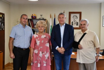 Двама дългогодишни училищни директори от Разлог излязоха в пенсия, кметът Герчев им връчи почетни грамоти и плакети