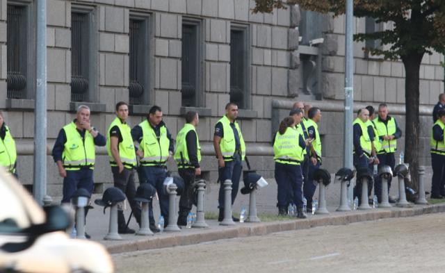Протестиращи, водени от банскалия, влязоха в Народното събрание