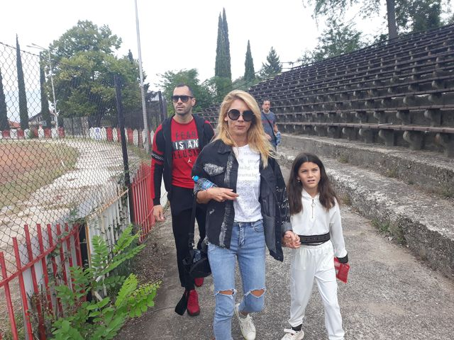Капитанът на националите П. Занев и любимите му жени в агитката на орлетата в Петрич, за да подкрепят мъжкия наследник на фамилията
