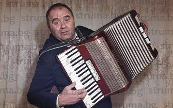 Кметът на Бистрица К. Огненски в ново амплоа, появи се на снимки в изискан костюм и с акордеон