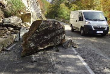 5-тонни скали паднаха на пътя за Рилския манастир