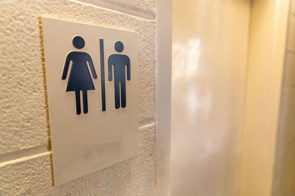 Мъж държа жена си заключена в тоалетната година и половина