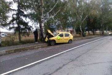Спирачките на такси отказаха, заби се в бреза край Дупница