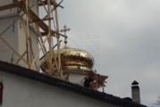 Таен дарител позлати за над 60 000 лв. двата купола на храма в Добринище