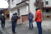 """СИГНАЛ В """"СТРУМА""""! Собственици на кооперация на ул. """"Глазне"""" в Банско: При ремонта работници на """"Авон 5"""" са прекъснали отводнителната тръба, отказват да я свържат към канализацията"""