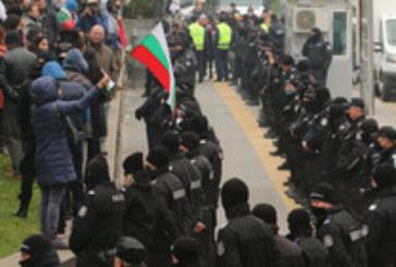 Недоволни се събраха на протест срещу по-строгите мерки