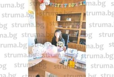 """Директорката на ДГ """"Здравец"""" Емилия Цекова с куп приятни изненади за рождения си ден, най-трогателният – букет цветя от пенсионирана учителка"""