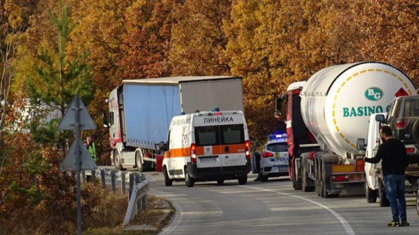 Кола се удари в цистерна с газ край Благоевград
