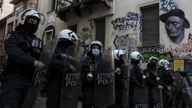 Над 100 ареста при забранени демонстрациии в Гърция