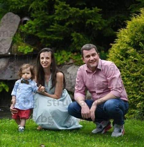 Кметът на Перник качи в социалната мрежа снимка със съпругата и малкия Никола