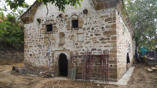 Строители довършват реставрация на храм в кюстендилското село Драговищица, строен през 1859 г. със султански ферман