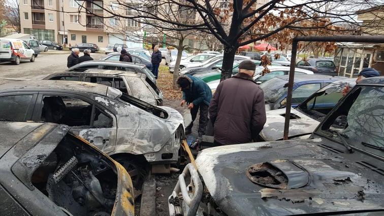 Огнен ужас в Благоевград! Пламнаха 8 леки коли и каравана