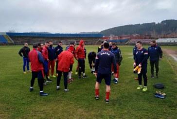 """Шефът на """"Марек"""" под дъжда заедно с футболистите, млад нападател къса с футбола"""