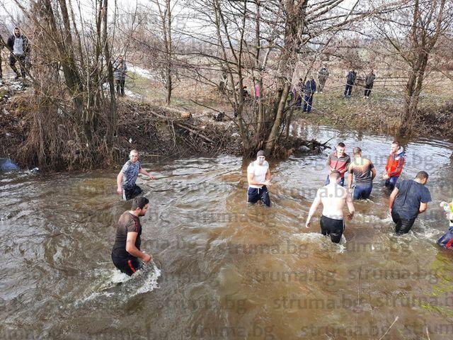 Младежите, спасили Богоявленския кръст в Долно Драглище, дариха 700 лв. за строежа на храма в селото