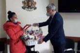 Кметът на Разлог Кр. Герчев отрупа с подаръци първото бебе на годината и последното за старата