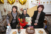 Изненадаха столетницата от Марикостиново В. Чавдарова с телевизор и торта за вековния й юбилей