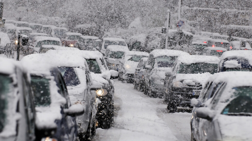 Над 2000 коли в снежен капан на магистрала във Франция