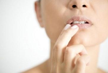 Напукани устни и още симптоми на Covid-19 по кожата