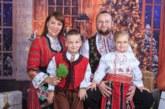 В народни носии и с двете си деца се увековечиха на снимка домакинът на община Сандански и съпругата му за рождения й ден