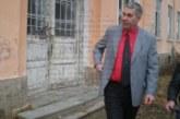 Селски кмет в Кюстендилско вдига двуметрова ограда около места, превърнати в незаконни сметища, декорира ги с орнаменти