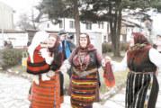 Семействата Жегови и Максеви почетоха традицията в Разлог с народни носии и мини версия на отмененото Бабино хоро