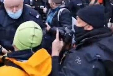 Протестиращи опитаха да нахлуят в Министерски съвет, има сблъсъци с полицията