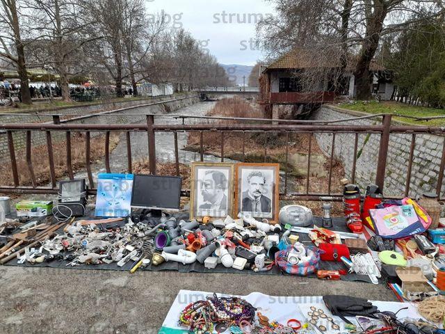 Продават портрети на Алеко Константинов и Пенчо Славейков сред тръби и гердани на пазара в Благоевград