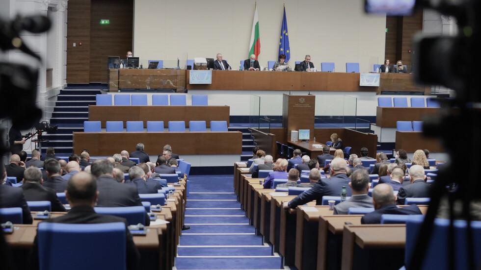 Скандал в Народното събрание заради носенето на маски в пленарната зала