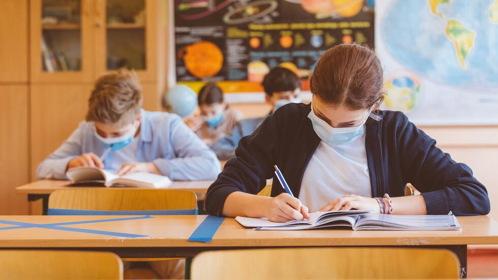 Учениците от 5, 10 и 11 клас се връщат в класните стаи