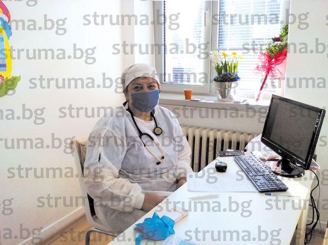ЮЗУ преподавателката доц. д-р Е. Митова посрещна рождения си ден в новия имунизационен кабинет на РЗИ, където ваксинира колегите си от университета