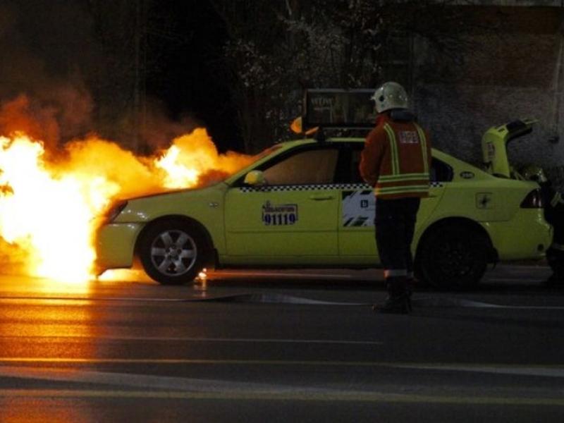 ОГНЕН ИНЦИДЕНТ! Такси в пламъци в района на