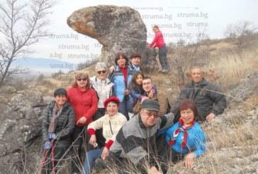 Кюстендилски туристи обходиха причудливите скални феномени на Конявската планина