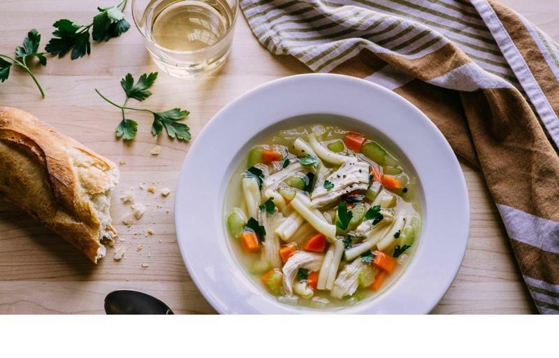 Какво прави класическата пилешка супа специална?