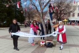 """Украсиха с мартеници дърветата на площад """"Свобода"""" в Дупница"""