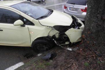 Кола се заби в дърво в Благоевград, пострада 20-годишна