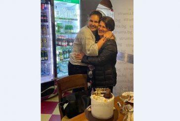 Благоевградската съдийка Р. Митева празнува рожден ден в Деня на юриста, дъщеря й я изненада с разкошна бяла торта