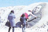 Холандка извая пясъчна скулптура на Ванга на плажа в Бургас