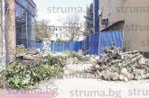 Благоевградчани възмутени: Строители изсякоха зеления оазис от 7-8 дръвчета до новата сграда на съда