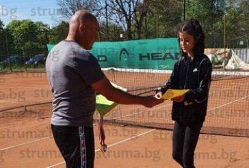 Благоевградските тенисисти с титла при момчетата в Радомир и финалистка